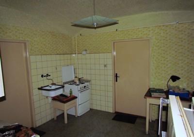 Opačný kout místnosti kuchyně, stav při koupi domu