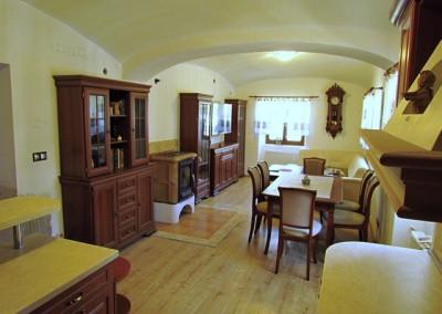 Tentýž pohled nyní. Nábytek je nový, sektorový Aramis. Hodiny pendlovky jsou z roku cca 1895, čerstvě renovované.