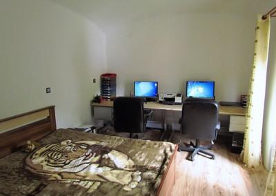 Tentýž pohled nyní. Pokoj je zařízen jako ložnice a pracovna.