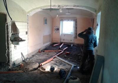 V domě byly odstraněny všechny příčky, podlahy byly vykopány do hloubky 25cm. Původní podlahy měly skladbu rostlý terén – štěrkový zásyp cca 10cm – dehtový papír  v jedné vrstvě – cca 5cm cementového potěru – bukové parkety. V nové skladbě podlah jsou kanalizační rozvody uloženy pod podkladním cementovým potěrem.