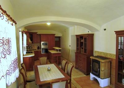Tentýž pohled nyní. Nenaštukovaná část zdi bude obložena kamennými pásky. Krb má výměník, s bohatou rezervou vytopí celý dům.