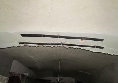 Ač je dům v celé své šíři i délce fixován ocelovými táhly, nosný klenební oblouk praskal. Přes 8mm silné ocelové pásky a ocelová táhla je nově zavěšen na ocelových nosnících. Nyní je již stabilní.
