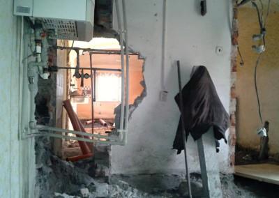 Pohled z předsíně otvorem pro nový vstup do obytných prostor domu. V popředí plynový kotel instalovaný v r. 2001, zabírající část předsíně. Nový plynový kotel je instalován na půdě v místě, kde nezasahuje do půdorysu podlahy.
