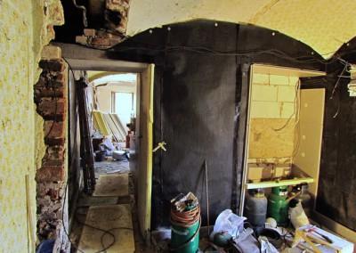 Tentýž pohled o několik týdnů později Nové dveře jsou v místě zbouraného komína.