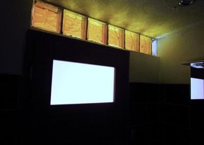 Koupelna je prosvětlena denním světlem přes mléčné sklo a žluté luxfery, navozující dojem slunce.