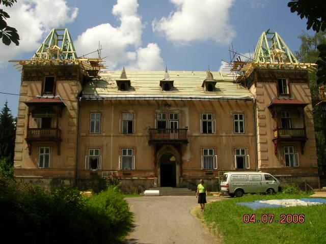 Z původní střechy byla použitelná jen nepatrná část krovu. Rozhodující části, včetně věží, jsou kompletně nové.