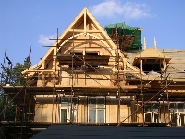 Jeden ze tří štítů zadní části domu. I zde je celý krov nově zhotoven.