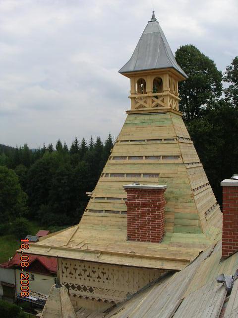 Nově je zhotoveno i ozdobné dřevěné obložení koruny zdí obou věží.