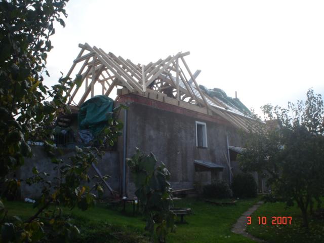 Nová střecha poměrně citlivě kombinuje moderní prvky (prosklený štít, velký vikýř, soustava malých střešních oken) s původní podobou střechy domu (stejný tvar střechy, tradiční krytina v památkově červené barvě)