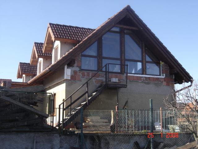 Štít střechy je prosvětlován vycházejícím sluncem, s poledním žárem se však dostává do stínu.