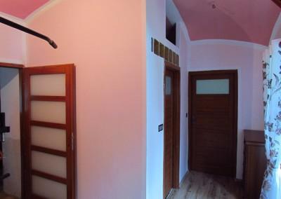 Tentýž pohled nyní. V původním pokoji je zřízena koupelna o ploše 4m2. Plochý strop koupelny je silný 7,5cm, má nosnost cca 150kg, a je současně podlahou úložného prostoru nad koupelnou pro uskladnění mimosezónních věcí. Ve zbytku původního obývacího pokoje je zřízena malá domácí posilovna.